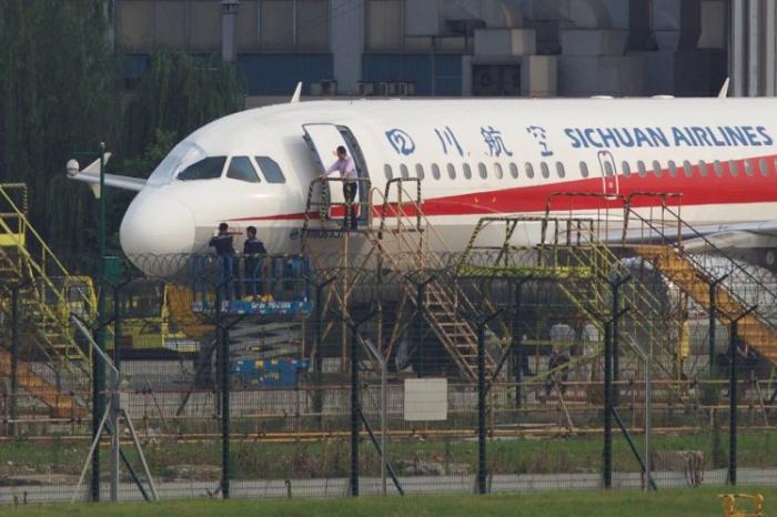 Летчика «чуть не выбросило из окна кабины», но он посадил самолет, когда его затащили назад