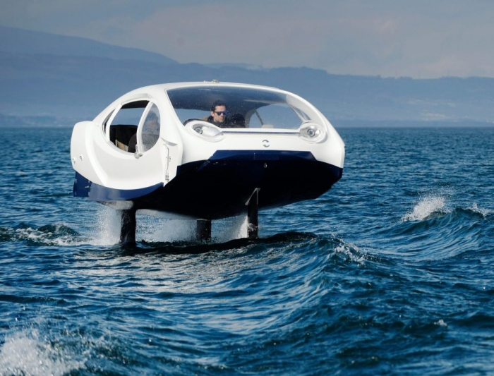 Футуристическое такси, которое парит над поверхностью спокойной воды, можно будет уже вызвать в этом месяце