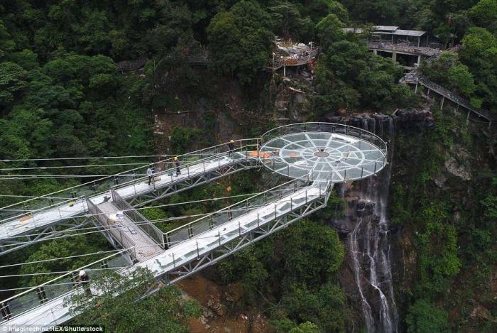 Ужасная стеклянная смотровая площадка построена в Китае