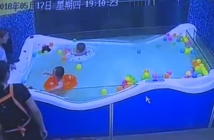 Младенец почти тонет, перевернувшись с надувного круга, прежде чем сотрудники спасут его