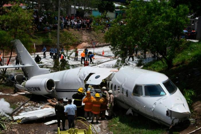 Личный борт Гольфстрим поломался пополам при аварии, никто не был серьезно ранен