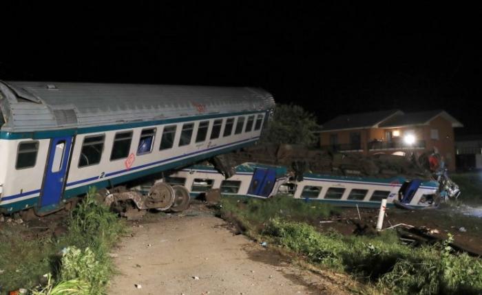 Два погибших, 18 раненых после столкновения поезда с грузовиком, остановившегося на путях в Италии