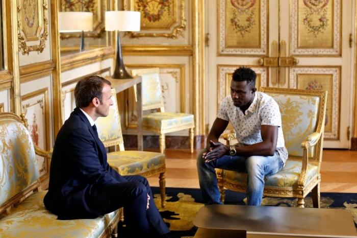 «Человек-паук», взобрался на многоэтажное здание в Париже, чтобы спасти свисающего малыша, за что он получил французское гражданство и работу пожарного