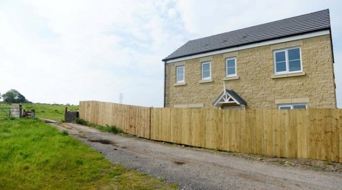 Пара вернулась из медового месяца и обнаружила, что дом их мечты обнесен почти 2-метровым забором