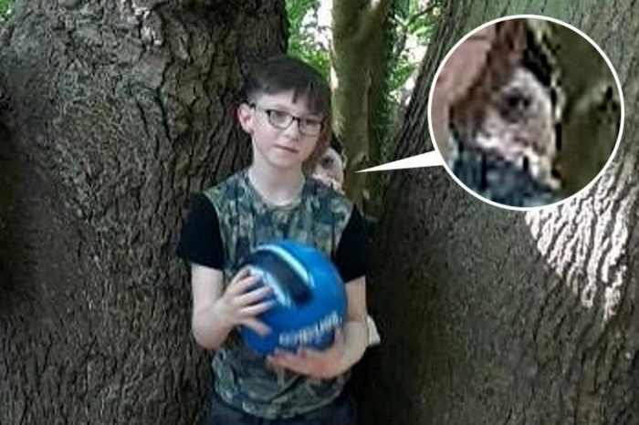 Женщина утверждает, что она не может спать после того, как увидела «призрака» за своим сыном на семейной фотографии