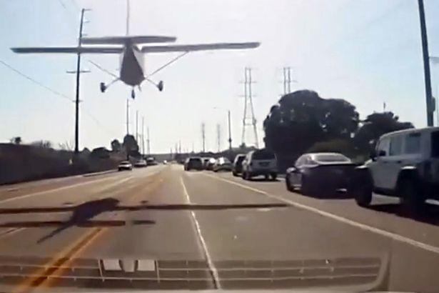 Самолет совершает удивительную аварийную посадку на оживленной улице в центре города, уворачиваясь от автомобилей и электрических кабелей