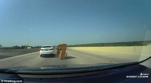 Ну и дела! Машина со всей дури врезается в книжный шкаф, который появился из ниоткуда на шоссе в Техасе