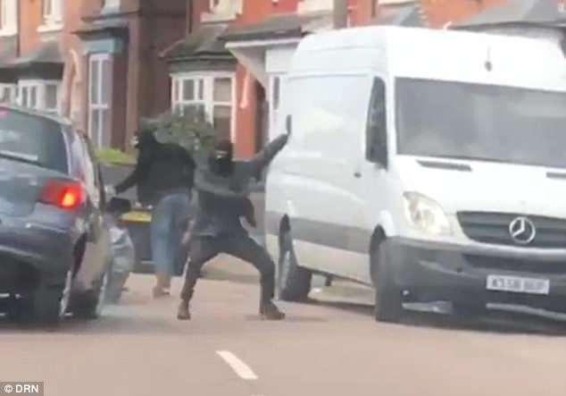 Шокирующий момент, головорезы в баллаклавах, атакуют автомобиль с мачете, когда он пападает в аварию, пытаясь, уехать
