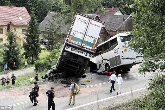 Почти 50 человек получили ранения, когда школьный автобус и грузовик столкнулись на извилистой дороге в польских горах