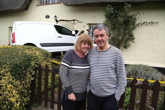 Накокаиненный водитель вэна, въехал в коттедже стоимостью 500 000 фунтов стерлингов, затем жители связали его, чтобы не убежал.