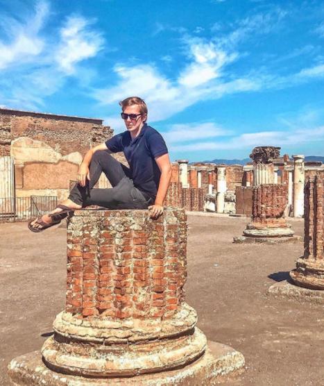 Блоггер-путешественник получает смертельные угрозы после того, как залез на хрупкую руину Помпеи - что запрещено