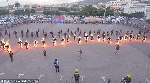 32 каскадера подожгли себя и побили мировой рекорд для «самого полного поджога тела»