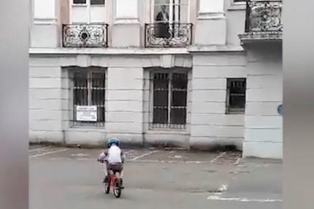 Ужасающий «призрак пожилой женщины», наблюдающий за пятилетним мальчиком, который учится ездить на велосипеде, из окна особняка