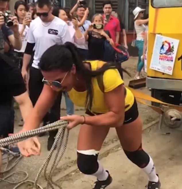 Сильная женщина тащит 22-тонный трамвай, в котором находится 50 человек