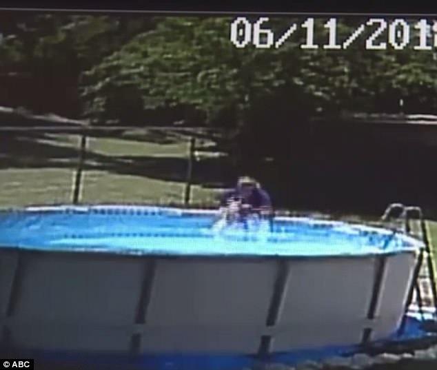 Ужасный момент мать выхватывает своего 17-месячного сына из бассейна живым через ПЯТЬ минут после того, как он туда упал, пока она была на кухне