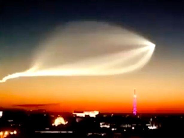 Таинственное «НЛО в форме ската» осветило ночное небо над Россией
