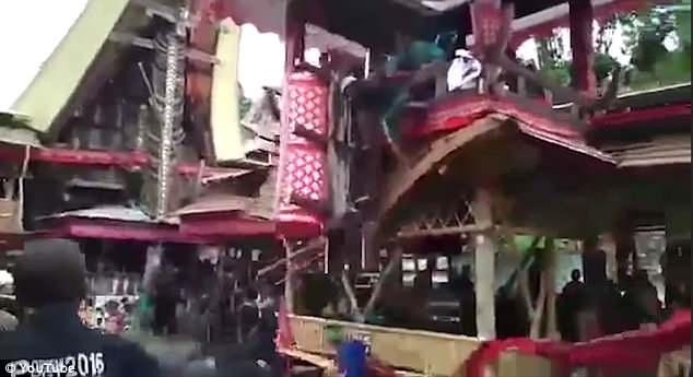 Мужчину раздавил гроб его матери, когда он пытался поднять его по бамбуковой лестнице на ее похоронах