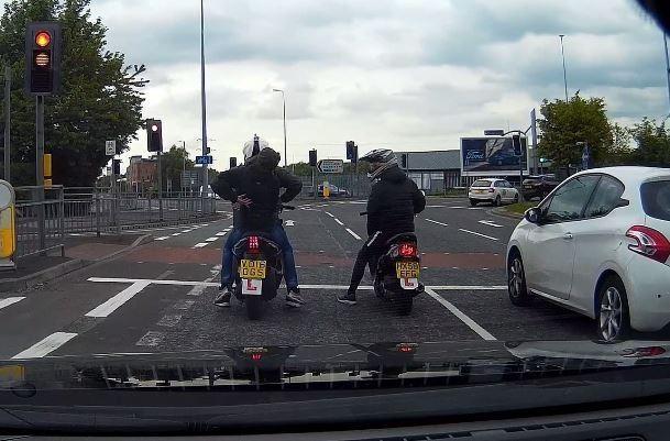 На драматических кадрах видеорегистратора видно, как полицейские под прикрытием ловят двух бандитов на мопедах в Манчестере