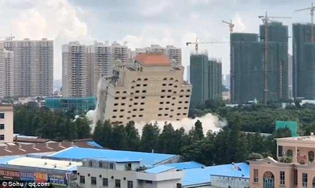 Роскошная китайская гостиница превратилась в руины с помощью контролируемого взрыва