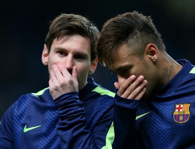 Почему футболисты прикрывают рот, когда говорят?