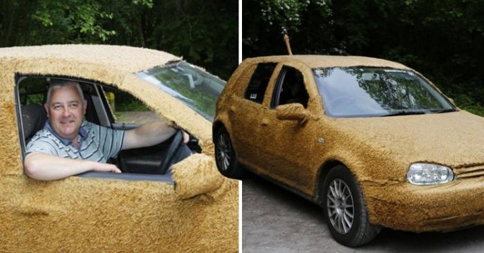 Мужчина катает своих собак в машине, покрытой искусственным мехом