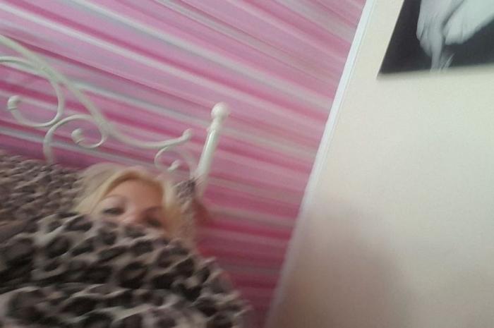 Женщина в ужасе, когда в телефоне нашла свою фотографию спящей в постели
