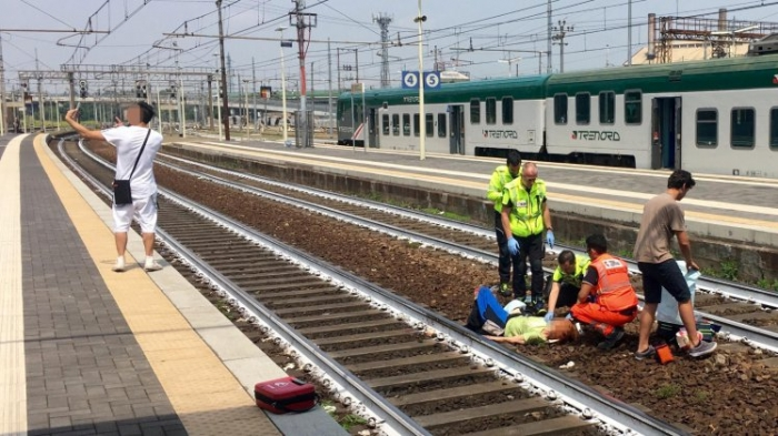 Мужчина делает самое неподходящее селфи в мире с женщиной, сбитой поездом