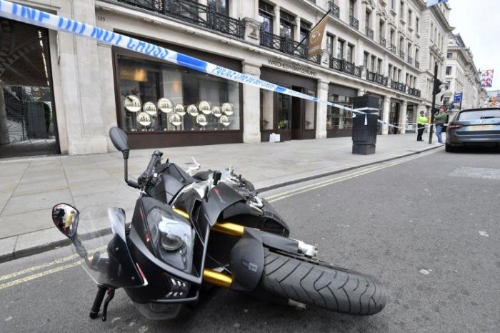 Вооруженный бандит на мопеде пытался убежать во время ограбления на Риджент-стрит