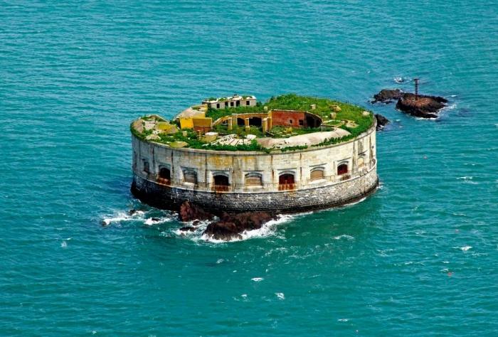 У берегов Уэльса есть частный остров форт 19-го века