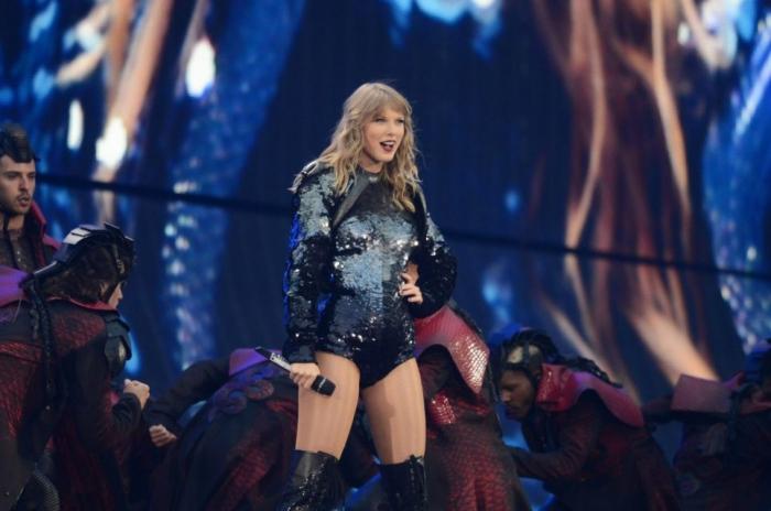 «Репутационным туром» Тейлор Свифт огрызается во всем великолепии поп-зрелища