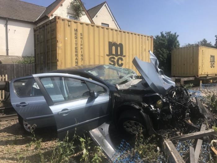 Водитель, арестован, когда грузовой поезд, разбил автомобиль с ребенком