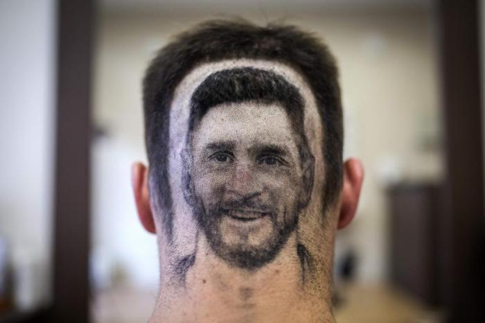 Фанат Лионеля Месси получает лицо идола Аргентины, выбритого на затылке