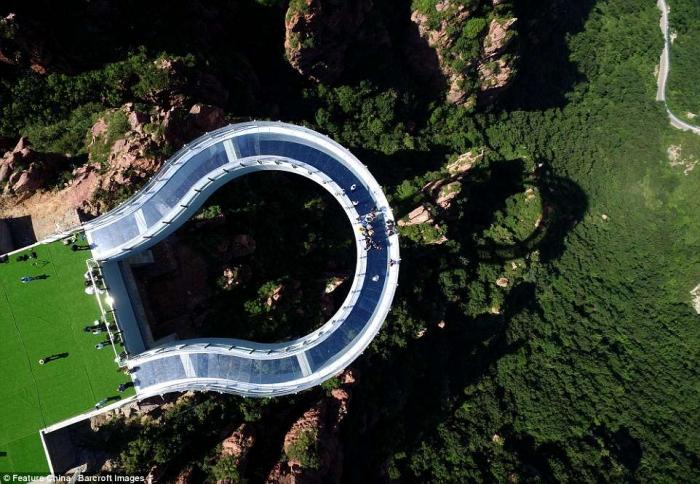 Потрясающие кадры показывают новую стеклянную смотровую площадку, выступающую из скалы высотой 354 метра