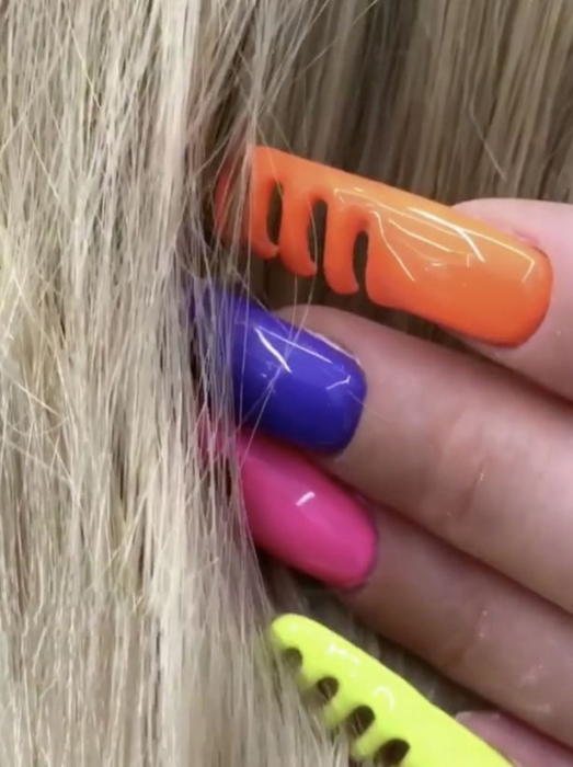 Маникюр позволяет расчесывать ваши волосы ногтями - но это может быть весьма болезненно