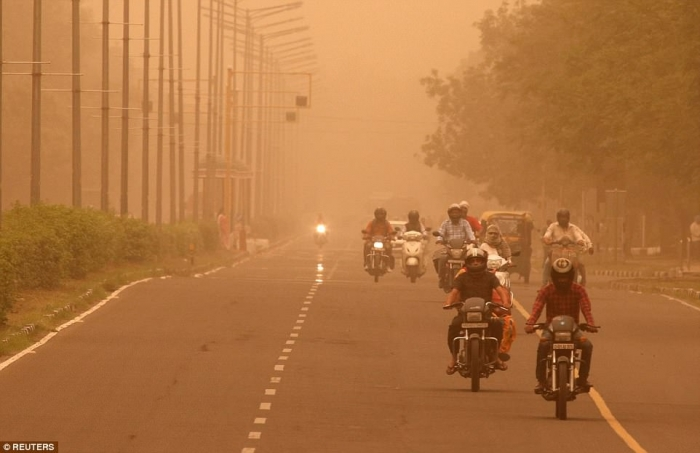 Сильная пыльная буря опустилась на столицу Индии