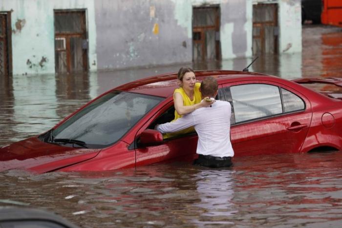 Абсолютный герой спасает женщин от внезапного наводнения в городе где проходит Кубка мира