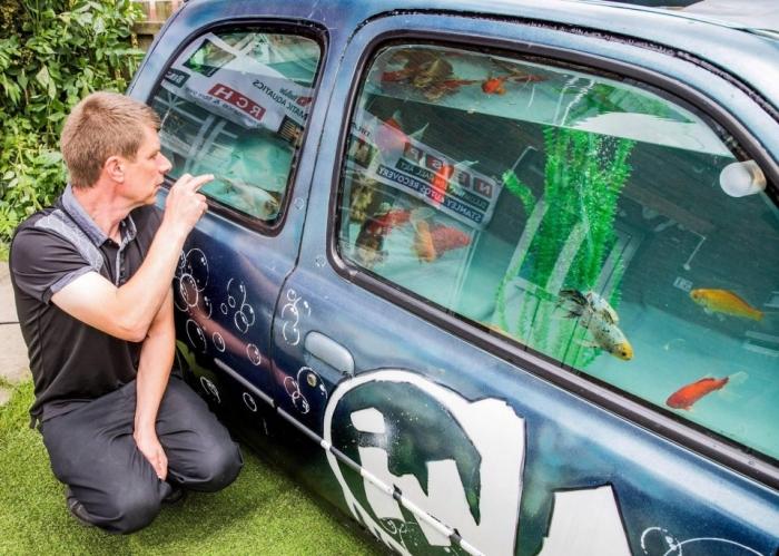 Мужчина потратил десять месяцев на то, чтобы превратить свой Nissan Micra в огромный аквариум