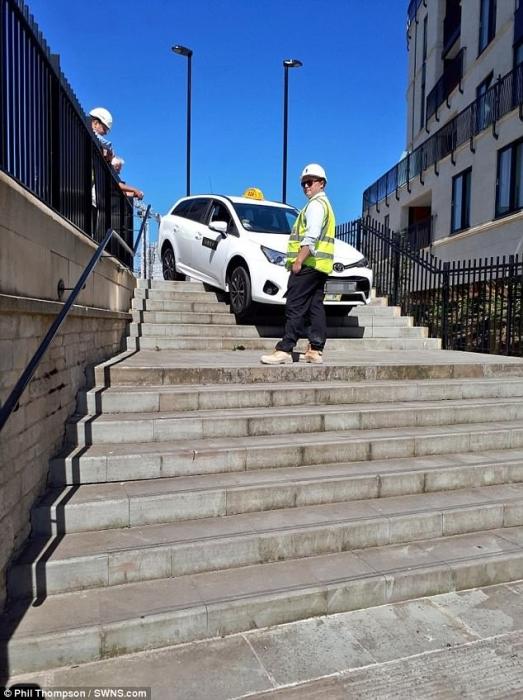 Водитель Uber застрял, пытаясь миновать центр города по «ступенькам», «слепо следуя по указаниям сат-нава»
