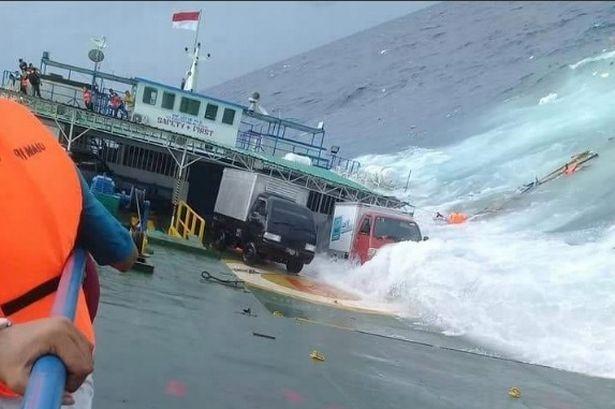 Индонезийский паром затонул со 139 пассажирами, 12 человек погибло и автомобили смыло в море