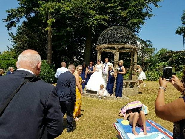 Загорающая женщина, отказывается перейти на другое место из-за свадебной фотографии