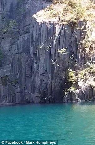 Шокирующий момент двое молодых людей, ныряющих в озеро, едва избегают катастрофы, так как обломки скалы падают в озеро