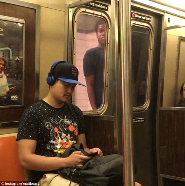 Пассажир метрополитена в Нью-Йорке сфоткал человека висящего за дверями вагона