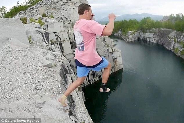 Смельчак прыгнул с 33 метров в затопленный карьер и порвал связки и сухожилия на колене