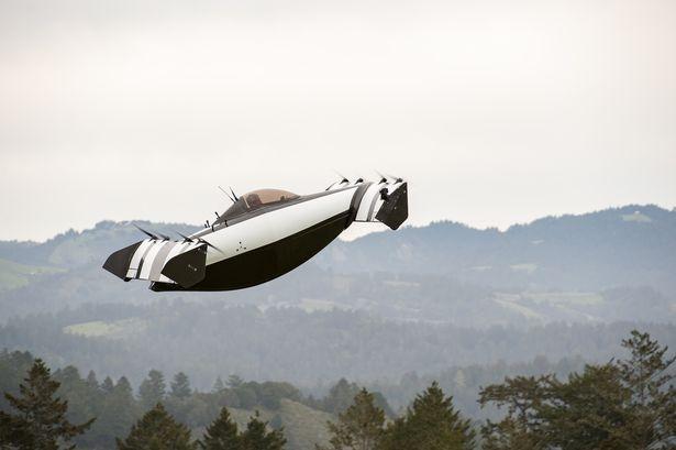 Удивительный автомобиль Блэк Флай, который может летать, поднялся в воздух в Калифорнии. Лицензия для полетов не нужна
