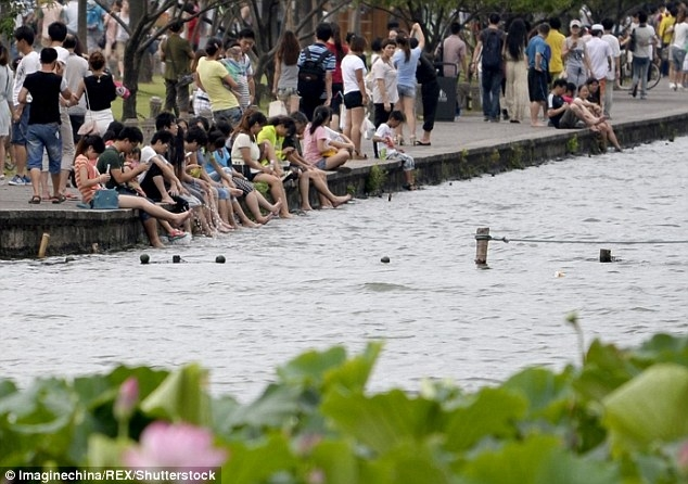 Омывание ног китайскими туристами в месте признанном наследием ЮНЕСКО вызвало большие споры