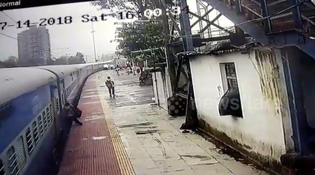 Поезд протащил пассажира 50 метров по платформе, но его героически спас полицейский