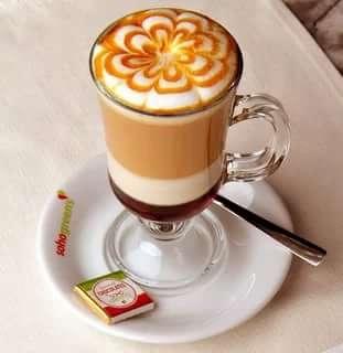 Кофе на поверхности которого есть латте