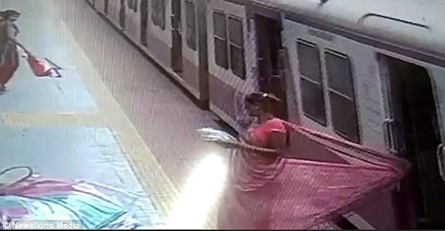 Страшный момент, когда женщина цепляется своим платьем за вагон движущегося поезда и её тащит по платформе в Индии