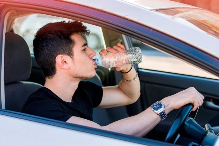 Почему обезвоживание за рулем может быть столь же опасным, как и питьё