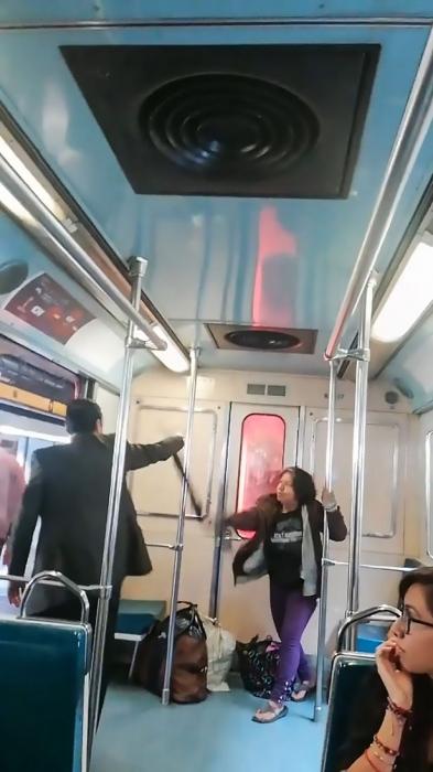 Мужчина «исполняет экзорцизм» в поезде когда «одержимая» женщина кричит «дьявол» перед пассажирами